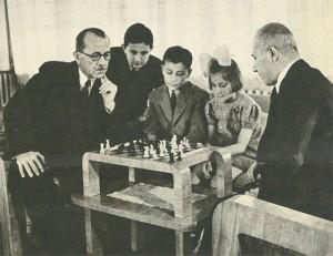 Saraçoğlu sekreteri ile stranç oynarken